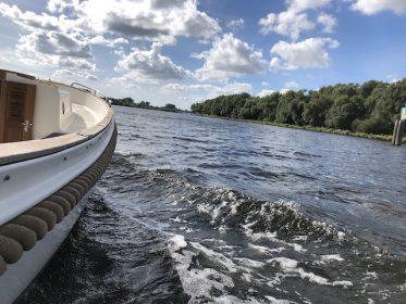 informatie over wat een jachtmakelaar doet om deze luxe boot te verkopen
